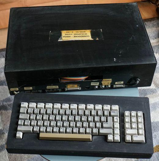 Hledáte něco jedinečného do sbírky? Kupte si Commodore Amiga Development System!
