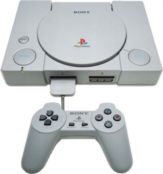 Celkový pohled na SONY Playstation. Povšimněte si délky kabeláže - jde o úsporné opatření v zájmu snížení ceny!