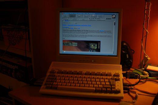 Amiga 600 na netu serfující a DOOM spouštějící