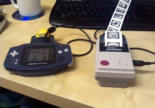 Původní Game Boy sice k tiskárně ladí víc, ale i takhle jsem musel kvůli tužkovým bateriím sáhnout do úspor! ;)